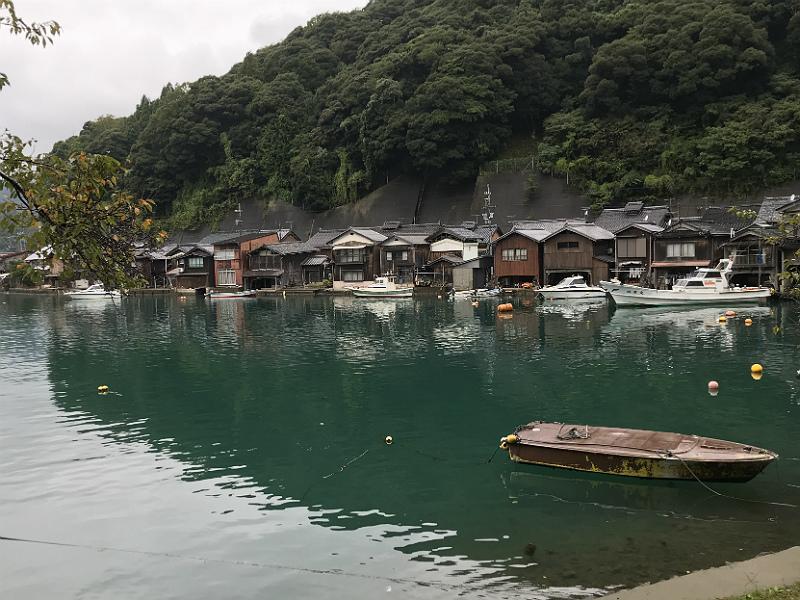 De berømte Ine Funaya bådhuse set fra bunden af bugten