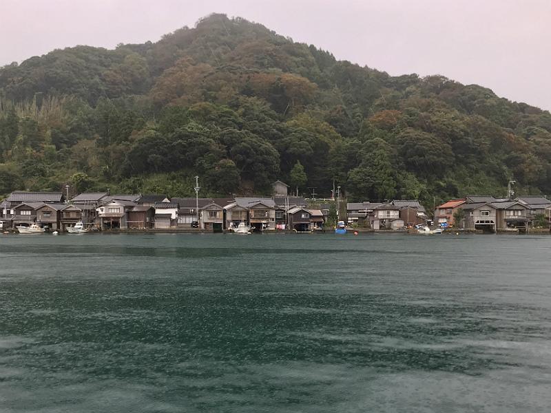 Ine Funaya bådhuse set fra midten af bugten